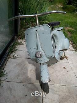 Ancien jouet scooter tôle à pédale Vespa