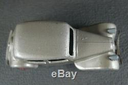 DINKY TOYS FRANCE. CITROEN TRACTION 24 N. (gris métallisé) Version 1